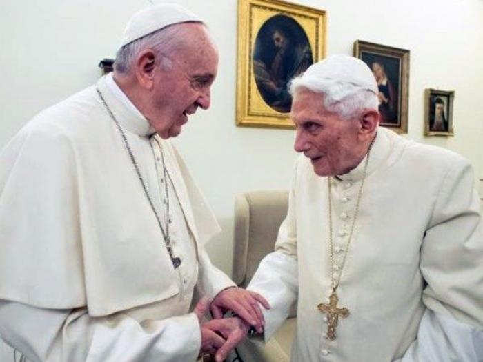 Bento XVI recebe o Papa Francisco para as felicitações de Natal 91932baee4656